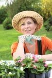 Junge Frau - im Garten arbeitend Stockfotos