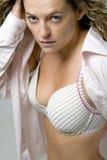 Junge Frau im geöffneten rosafarbenen Hemd und in der Unterwäsche Stockfotos