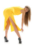 Junge Frau im gelben Kleid Lizenzfreies Stockfoto