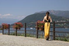 Junge Frau im gelben Kleid Stockbild
