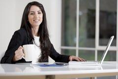 Junge Frau im Geschäft Lizenzfreie Stockfotos