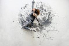 Junge Frau im grauen Hemd liegt tanzende T?nze auf dem dekorativen Boden elegant Kreative, abstrakte ausdrucksvolle K?rperkunst u stockfotografie