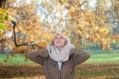 Junge Frau im Herbstpark Stockbild
