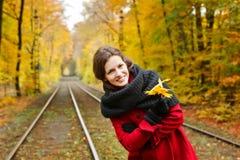 Junge Frau im Herbstpark Stockfoto