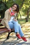 Junge Frau im Herbstpark Stockfotos