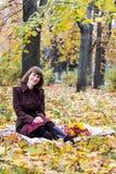 Junge Frau im Herbstpark Lizenzfreie Stockbilder