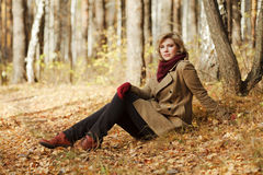 Junge Frau im Herbstwald Lizenzfreie Stockbilder
