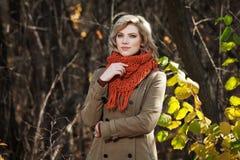 Junge Frau im Herbstwald Lizenzfreie Stockfotografie