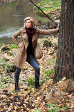 Junge Frau im Herbstwald Lizenzfreies Stockfoto