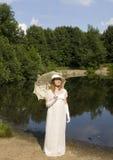 Junge Frau im historischen Kleid lizenzfreies stockfoto