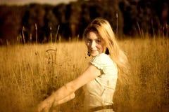 Junge Frau im hohen Gras Lizenzfreie Stockfotografie