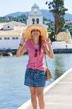 Junge Frau im Hut Ferienzeit genießend Stockbilder