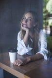 Junge Frau im Kaffee Lizenzfreie Stockbilder
