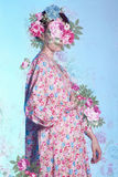 Junge Frau im Kimono über Blumenillustration Lizenzfreies Stockfoto