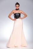 Junge Frau im Kleid, das mit den Händen auf Hüften steht lizenzfreie stockbilder
