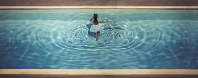 Junge Frau im Kleid im Pool Lizenzfreies Stockbild
