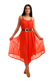 Junge Frau im korallenroten Kleid Lizenzfreies Stockfoto
