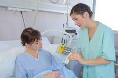 Junge Frau im Krankenhaus lizenzfreies stockbild