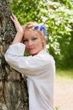 Junge Frau im Kranz nahe dem Baum Lizenzfreies Stockbild