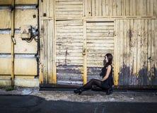Junge Frau im kurzen schwarzen Kleid Stockfotos