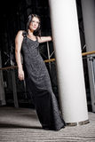 Junge Frau im langen Kleid Stockfotografie