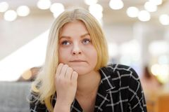 Junge Frau im Leid stockfotos