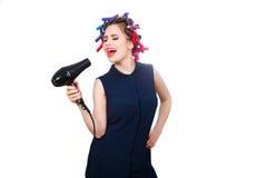 Junge Frau im Lockenwickler ausdrucksvoll singend Getrennt stockfotos