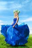 Junge Frau im luxuriösen blauen Kleid Stockfotografie