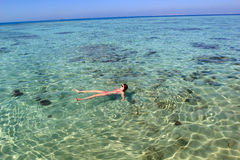 Junge Frau im Meer Lizenzfreies Stockfoto
