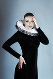Junge Frau im mittelalterlichen Kleid Lizenzfreie Stockfotografie