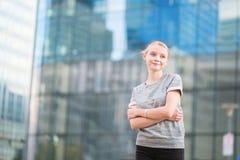Junge Frau im modernen Glasbüroinnenraum Lizenzfreies Stockbild