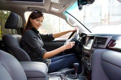 Junge Frau im neuen Auto Stockbild
