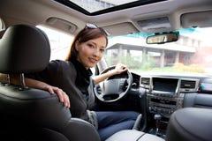 Junge Frau im neuen Auto lizenzfreies stockbild