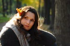 Junge Frau im Park an einem autmn Tag Stockfoto