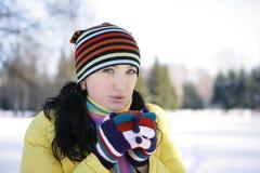 Junge Frau im Park Holding-Becher Stockfoto