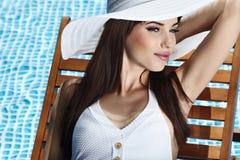 Junge Frau im Pool Lizenzfreie Stockfotos