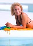 Junge Frau im Pool Lizenzfreie Stockbilder