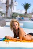 Junge Frau im Pool Stockbild
