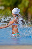 Junge Frau im Pool Lizenzfreies Stockbild