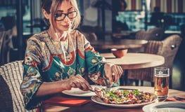 Junge Frau im Restaurant Lizenzfreies Stockfoto