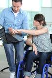Junge Frau im Rollstuhl Stockbild