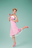 Junge Frau im rosa Weinlesekleid stockbild
