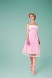 Junge Frau im rosa Weinlesekleid lizenzfreies stockfoto