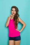 Junge Frau im rosafarbenen Hemd Stockfoto