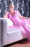 Junge Frau im rosafarbenen Kleid lizenzfreies stockfoto