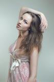 Junge Frau im rosafarbenen Kleid Stockbild