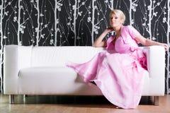 Junge Frau im rosafarbenen Kleid Lizenzfreie Stockbilder