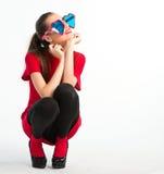 Junge Frau im Rot mit Innerem formte Gläser Stockfotografie