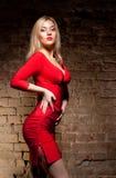 Junge Frau im roten Kleid Stockbild