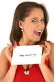Junge Frau im roten Kleid-Holding-Umschlag Stockfotos